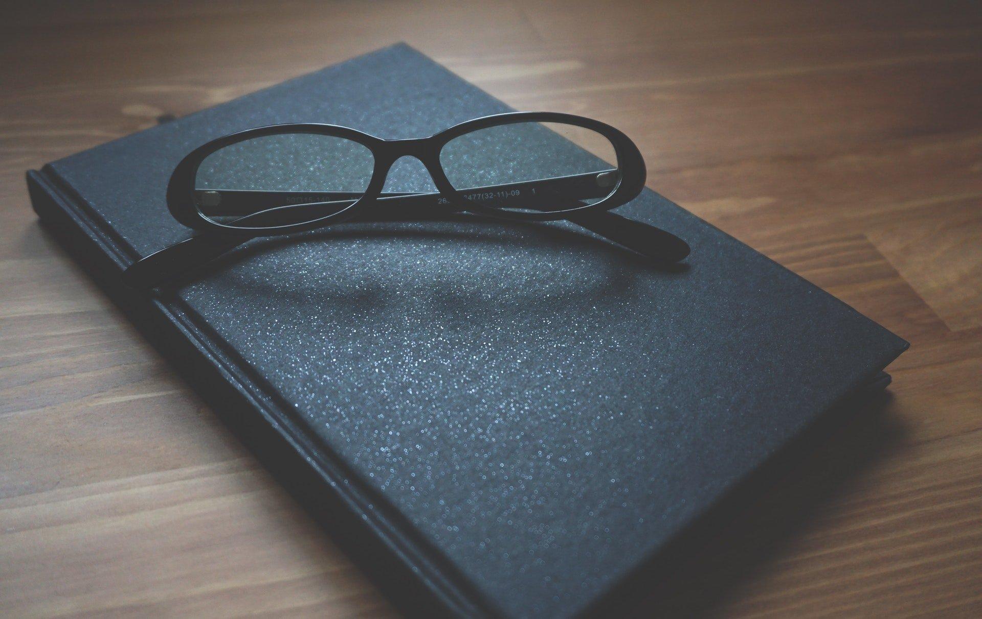 blur-close-up-eyeglasses-163142